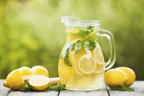 The summer heat can get to your head… But don't let it affect your beverage choices. Here are five of the worst summer drinks and their healthier alternatives.